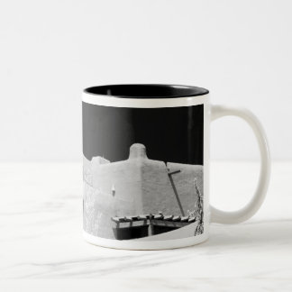 Loretto、新しいサンタフェの村落のスタイルのアドービれんがのイン ツートーンマグカップ