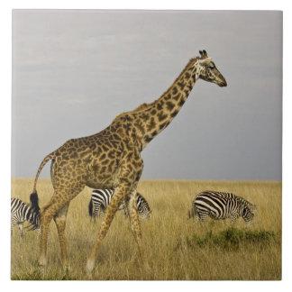 Maasaiマラ3を渡って歩き回っているMaasaiのキリン タイル