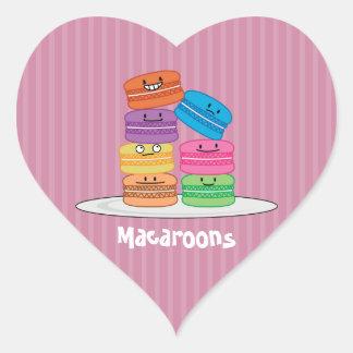 MacaroonのMacaroonsの幸せな食糧はMacaronの上で積み重なりました ハートシール