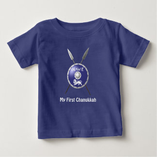Maccabeeの私の最初Chanukkah -盾およびやり ベビーTシャツ