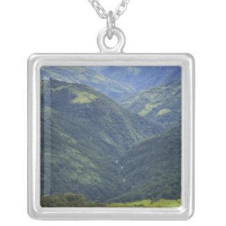 Mangdueの谷の農地およびヒマラヤ山脈の森林 シルバープレートネックレス