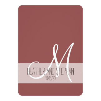 Marsalaのシンプルで、エレガントな赤く白いモノグラム 12.7 X 17.8 インビテーションカード