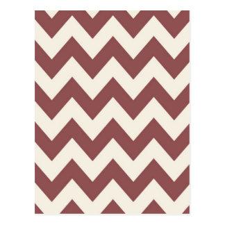 Marsalaクリーム色ベージュシェブロンのパターン ポストカード