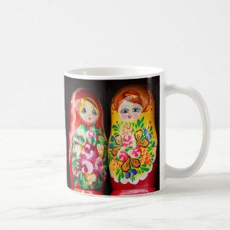 Matryoshkaのカラフルな人形 コーヒーマグカップ