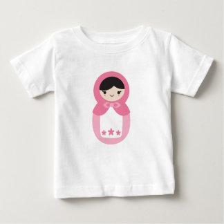 Matryoshkaのピンクの人形 ベビーTシャツ