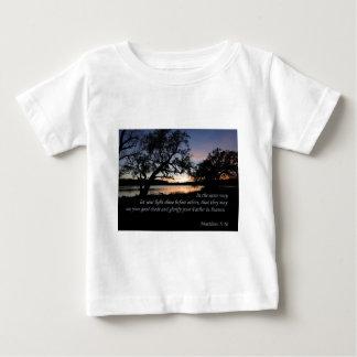 Matthewの5:16はあなたの軽い輝やきを…可能にしました ベビーTシャツ
