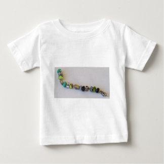 MelinaWorldの宝石類による長く青い鎖 ベビーTシャツ