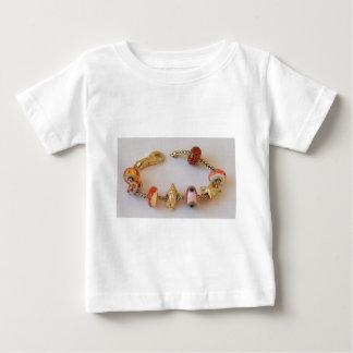 MelinaWorldの宝石類によるGoldishの円形の鎖 ベビーTシャツ