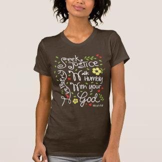 Micahの6:8のシークの正義愛慈悲-暗いワイシャツ Tシャツ