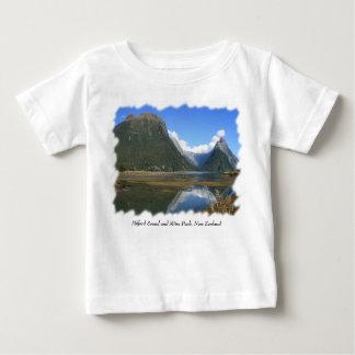 Milford Sound湾、留め釘ピーク、ニュージーランド ベビーTシャツ