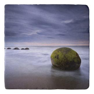Moerakiの大きい石の日の出の海景 トリベット