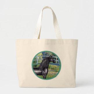 Monet-の黒いアラビアの馬による橋 ラージトートバッグ