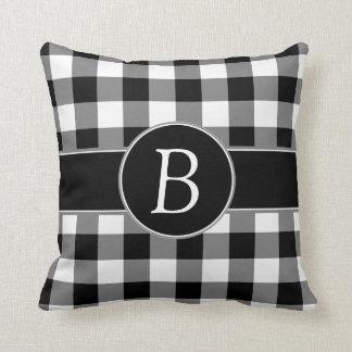 Monogramedの黒く及び白いギンガムの枕 クッション