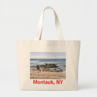 Montaukのビーチを散歩している父および息子 ラージトートバッグ