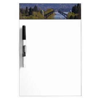 Montlakeの橋および滝山 ホワイトボード