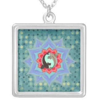 。:: MoonDreams::。 コイのはすティール(緑がかった色)は曼荼羅に点を打ちます シルバープレートネックレス