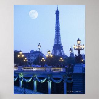moonriseを用いる薄暗がりのエッフェル塔 ポスター