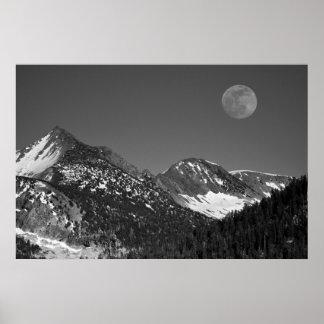 Moonrise、山脈ネバダの氷河ポイントヴィスタ ポスター