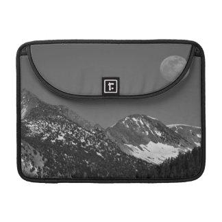 Moonrise、山脈ネバダの氷河ポイントヴィスタ MacBook Proスリーブ