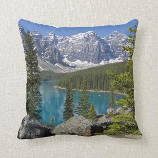 moraine湖、カナダ人ロッキー山脈、アルバータ、カナダ クッション