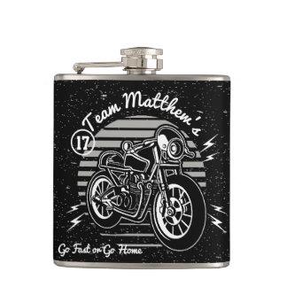 Motorcyleのバイクもしくは自転車に乗る人の花婿介添人のモノグラム フラスク