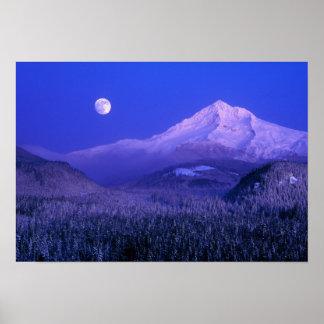 Mtのフードの冬、オレゴンにわたるMoonrise ポスター