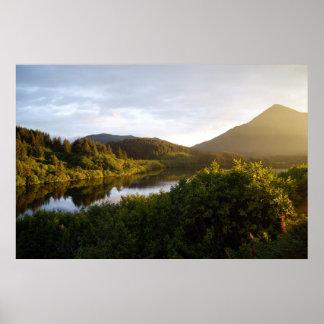 Mt.バロメーター及びLake LouiseのKodiak、アラスカ ポスター