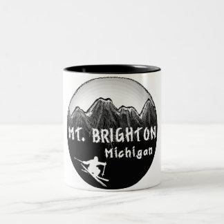 Mt.ブライトンミシガン州のスキーヤー ツートーンマグカップ