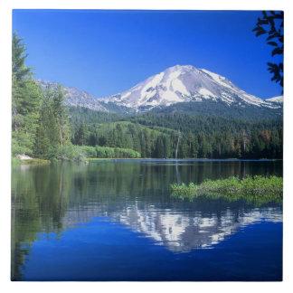 Mt.ラッセンはManzanita湖の上に上がります タイル