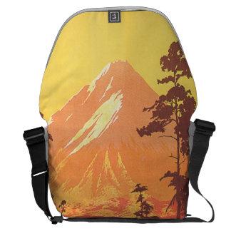 Mt. Egmontニュージーランドのヴィンテージ旅行ポスター メッセンジャーバッグ