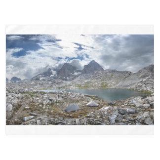 Mt Ritter -山脈の下の上部のNydiver湖 テーブルクロス