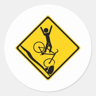 Mtnのバイクもしくは自転車に乗る人の衝突の交通標識 ラウンドシール