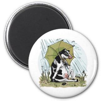 Mudgeのスタジオによる傘を持つ牛 マグネット