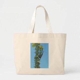 Mulleinの植物のカマキリの組を祈ること ラージトートバッグ