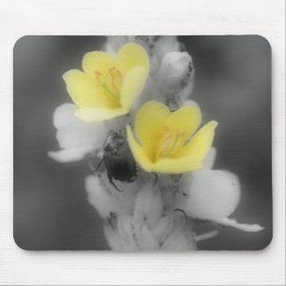 Mulleinの花の白黒のマウスパッドのカブトムシ マウスパッド