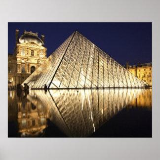 Musee DUのガラスピラミッドの夜眺め ポスター