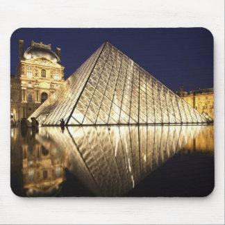 Musee DUのガラスピラミッドの夜眺め マウスパッド
