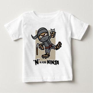 """N""は忍者の乳児のTシャツのためです ベビーTシャツ"