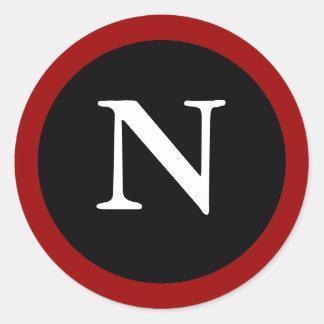 N: 最初のNの手紙Nの赤く、白く及び黒いステッカー ラウンドシール