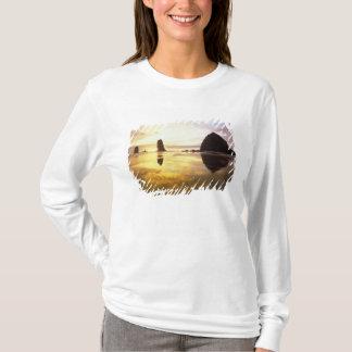 N.A.、米国、オレゴンの大砲のビーチの日没との Tシャツ