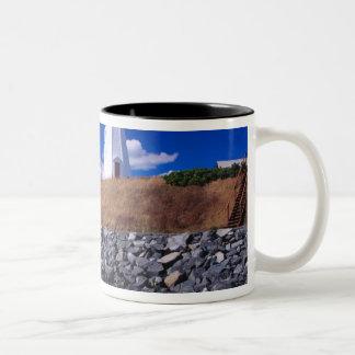 NA、カナダ、ニューブランズウィックのCampabelloの島 ツートーンマグカップ