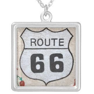 NA、米国、アリゾナのHolbrookのルート66の道路標識 シルバープレートネックレス