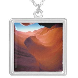 NA、米国、アリゾナのParia渓谷。 砂岩 シルバープレートネックレス