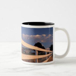NA、米国、ワシントン州、Walla Wallaの近くの、塀、 ツートーンマグカップ
