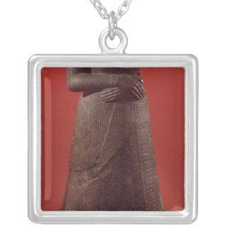 Napirasuの彫像、Elamite王の妻 シルバープレートネックレス