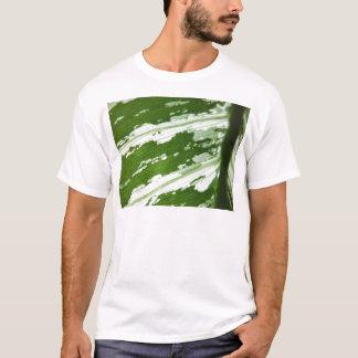 naturaの日光の下の緑の葉のマクロ打撃 tシャツ