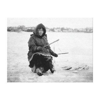 Nomeのアラスカの写真のエスキモーの氷の魚釣り キャンバスプリント