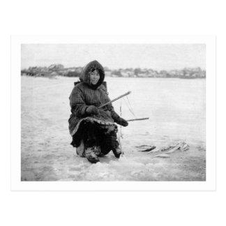 Nomeのアラスカの写真のエスキモーの氷の魚釣り ポストカード