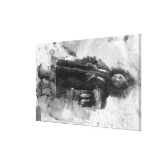 Nome、アラスカのParkaのエスキモーの女の子 キャンバスプリント