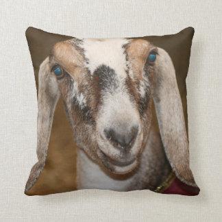 Nubianの酪農場のヤギの雌ジカの白のストライプのヤギ クッション